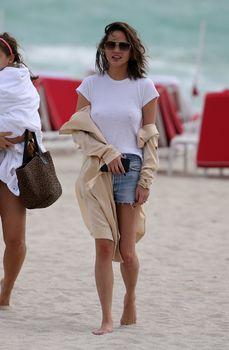 Шикарная Крисси Тейген без лифчика на Майами фото #8