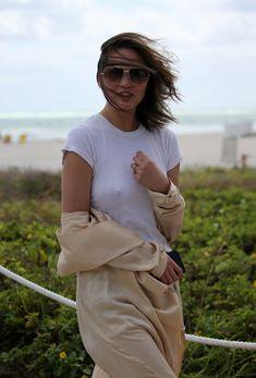 Шикарная Крисси Тейген без лифчика на Майами фото #18