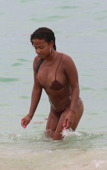 Сочная грудь Кристины Милиан выпала из купальника на пляже фото #7