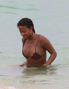 Сочная грудь Кристины Милиан выпала из купальника на пляже фото #12