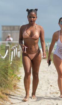Сексуальная Кристина Милиан в миниатюрном бикини на Майами фото #2