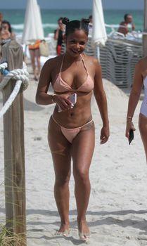 Сексуальная Кристина Милиан в миниатюрном бикини на Майами фото #3