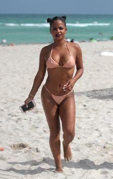 Сексуальная Кристина Милиан в миниатюрном бикини на Майами фото #4