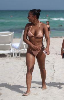 Сексуальная Кристина Милиан в миниатюрном бикини на Майами фото #5