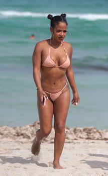 Сексуальная Кристина Милиан в миниатюрном бикини на Майами фото #6