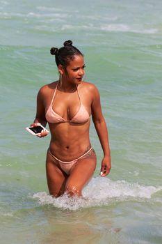 Сексуальная Кристина Милиан в миниатюрном бикини на Майами фото #9