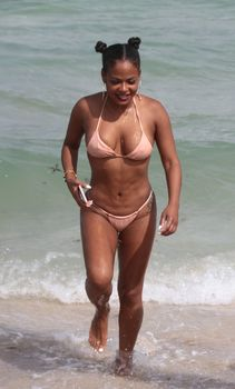 Сексуальная Кристина Милиан в миниатюрном бикини на Майами фото #10