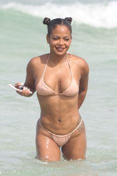 Сексуальная Кристина Милиан в миниатюрном бикини на Майами фото #11