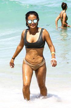 Страстная Кристина Милиан в красивом бикини на пляже Майами фото #1