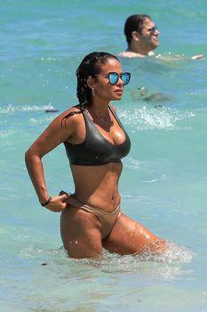Страстная Кристина Милиан в красивом бикини на пляже Майами фото #5