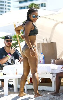 Страстная Кристина Милиан в красивом бикини на пляже Майами фото #9