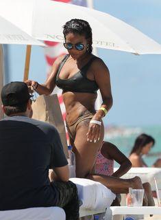 Страстная Кристина Милиан в красивом бикини на пляже Майами фото #15