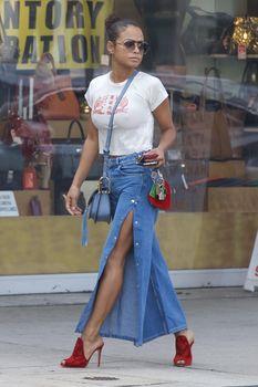 Возбуждающие соски Кристины Милиан в сексуальном топе на улицах Голливуда фото #1
