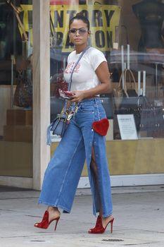 Возбуждающие соски Кристины Милиан в сексуальном топе на улицах Голливуда фото #2
