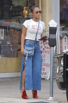 Возбуждающие соски Кристины Милиан в сексуальном топе на улицах Голливуда фото #7