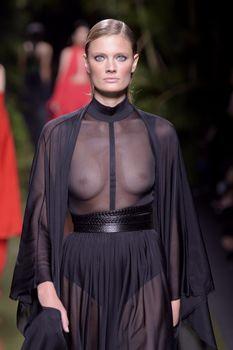 Голая грудь Констанс Яблонски в прозрачном наряде на Balmain Fashion Show фото #1