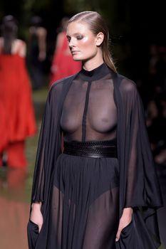 Голая грудь Констанс Яблонски в прозрачном наряде на Balmain Fashion Show фото #2