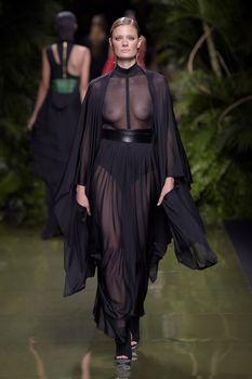 Голая грудь Констанс Яблонски в прозрачном наряде на Balmain Fashion Show фото #3