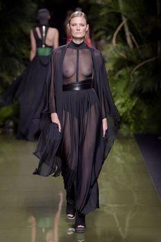 Голая грудь Констанс Яблонски в прозрачном наряде на Balmain Fashion Show фото #4