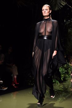 Голая грудь Констанс Яблонски в прозрачном наряде на Balmain Fashion Show фото #5