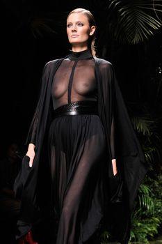 Голая грудь Констанс Яблонски в прозрачном наряде на Balmain Fashion Show фото #6
