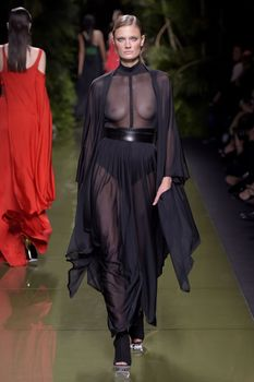 Голая грудь Констанс Яблонски в прозрачном наряде на Balmain Fashion Show фото #7