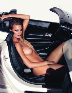 Красотка Констанс Яблонски оголила грудь и попу в журнале Lui фото #2