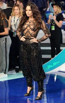 Сочная грудь Деми Ловато в прозрачном наряде на MTV Video Music Awards фото #1