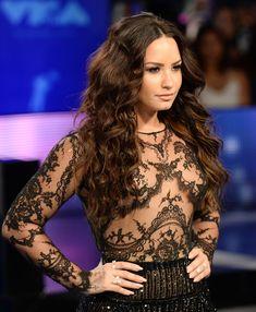Сочная грудь Деми Ловато в прозрачном наряде на MTV Video Music Awards фото #3