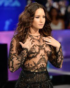 Сочная грудь Деми Ловато в прозрачном наряде на MTV Video Music Awards фото #4