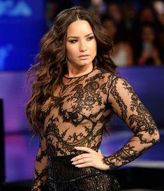Сочная грудь Деми Ловато в прозрачном наряде на MTV Video Music Awards фото #5