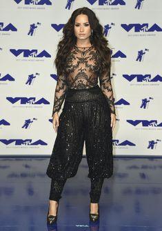 Сочная грудь Деми Ловато в прозрачном наряде на MTV Video Music Awards фото #8