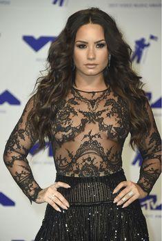 Сочная грудь Деми Ловато в прозрачном наряде на MTV Video Music Awards фото #10