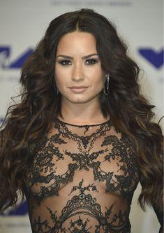 Сочная грудь Деми Ловато в прозрачном наряде на MTV Video Music Awards фото #11