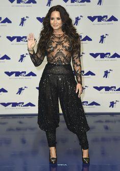Сочная грудь Деми Ловато в прозрачном наряде на MTV Video Music Awards фото #12