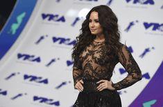 Сочная грудь Деми Ловато в прозрачном наряде на MTV Video Music Awards фото #13