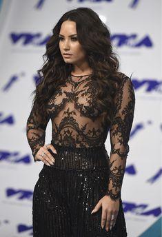 Сочная грудь Деми Ловато в прозрачном наряде на MTV Video Music Awards фото #15
