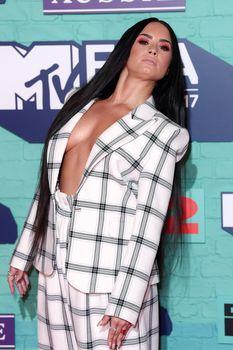 Глубокое декольте Деми Ловато на The 24th MTV Europe Music Awards фото #2