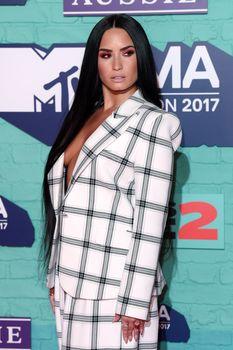 Глубокое декольте Деми Ловато на The 24th MTV Europe Music Awards фото #3
