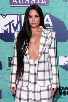 Глубокое декольте Деми Ловато на The 24th MTV Europe Music Awards фото #4