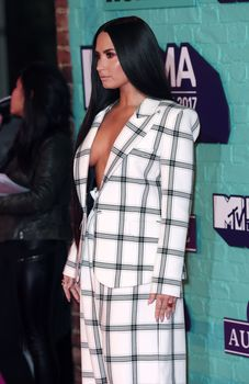 Глубокое декольте Деми Ловато на The 24th MTV Europe Music Awards фото #5