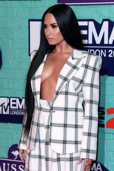 Глубокое декольте Деми Ловато на The 24th MTV Europe Music Awards фото #9