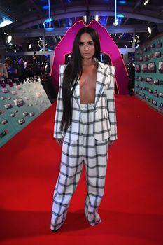 Глубокое декольте Деми Ловато на The 24th MTV Europe Music Awards фото #14