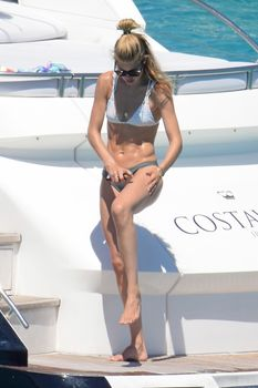 Сексуальная Даутцен Крёз в бикини отдыхает на Ибице фото #8