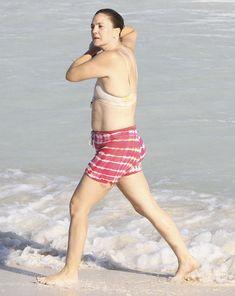 Торчащие соски Дрю Бэрримор в купальнике на пляже Майами фото #8