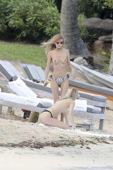 Голая грудь Эдиты Вилкевичуте в бикини на пляже в Сен-Бартелеми фото #6