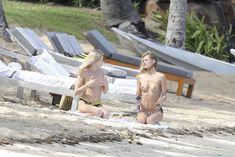 Голая грудь Эдиты Вилкевичуте в бикини на пляже в Сен-Бартелеми фото #7
