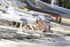Голая грудь Эдиты Вилкевичуте в бикини на пляже в Сен-Бартелеми фото #11