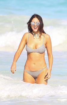 Сексуальна Эйса Гонсалес в бикини на пляже в Мексике фото #1