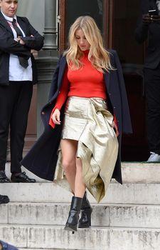Возбуждённые соски Элли Голдинг сквозь наряд на шоу Стеллы МакКартни в Париже фото #2